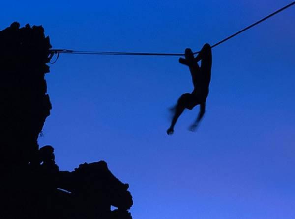 Americana se arrisca ao se pendurar nua em corda bamba na Tailândia