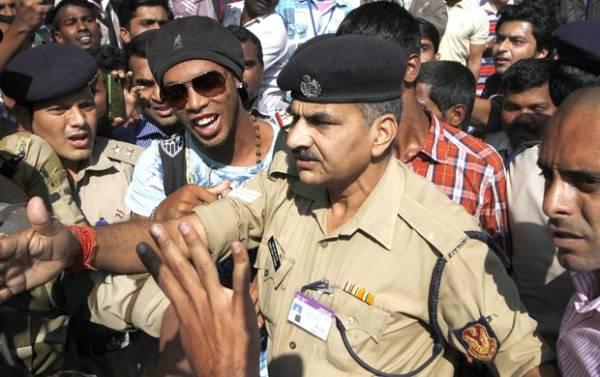 Cercado por fãs, Ronaldinho chega à Índia para lançamento de filme