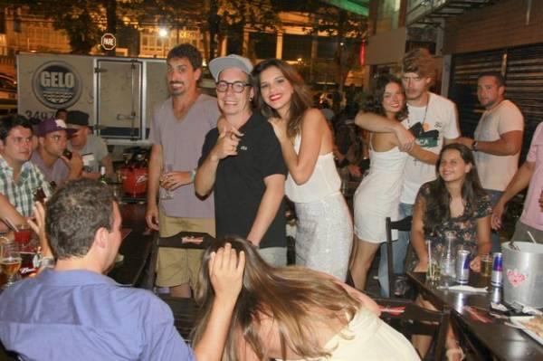 Ísis Valverde troca beijos e carinhos com namorado em bar