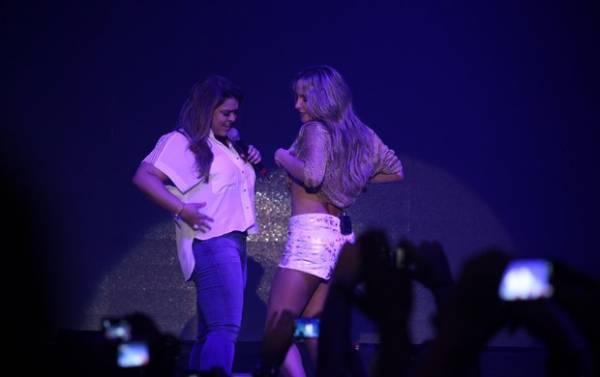 Duelo de barrigas: Preta Gil e Claudia Leitte levantam blusa em show