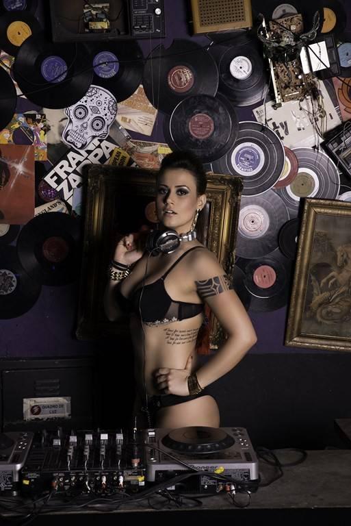 Ex-BBB Angélica Morango faz ensaio de lingerie: