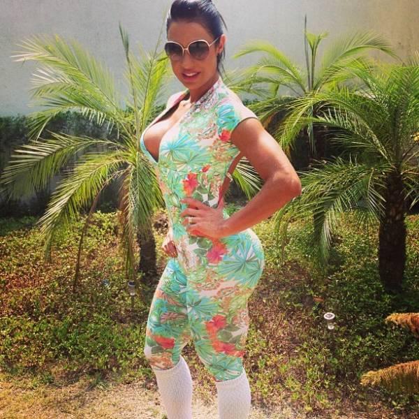 Gracyanne Barbosa quase mostra demais em roupa de malhação