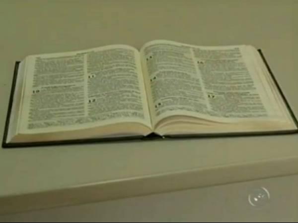 Policial confunde bíblia com arma e mata gari por engano
