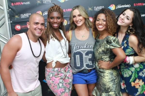 Thiago Silva vai a show de Claudia Leitte e dá presentinho à cantora