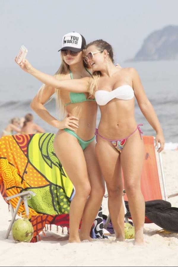 Caren Souza e Thaiz Schmitt curtem praia juntas