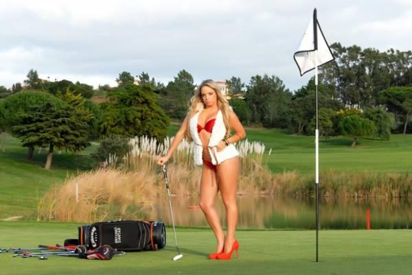 De lingerie, Peladona de Congonhas posa em campo de golfe