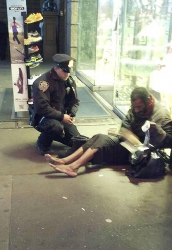Sem-teto de NY que ganhou bota de policial decide não usar o calçado