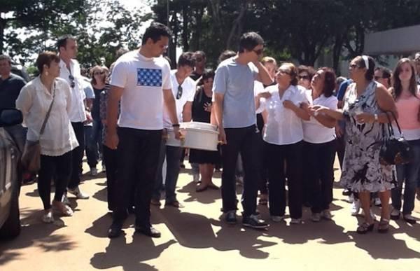 Bebê que morreu ao cair do 4º andar de hotel é enterrado