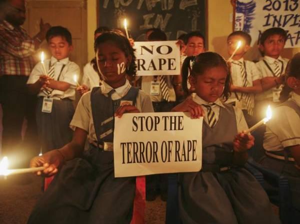 Família de jovem indiana pede pena de morte para estupradores