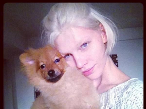 Aline Weber posa ao lado de seu recém-adotado cão