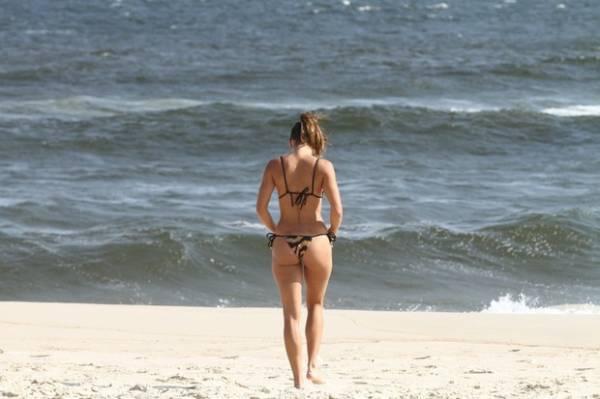 De biquininho, Talitha Morete curte tarde de sol na praia