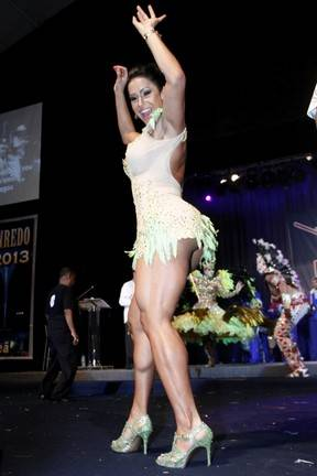 De vestido curtíssimo, Gracyanne Barbosa mostra demais