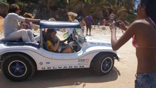 Grazi faz passeio de buggy por praia do Rio Grande do Norte