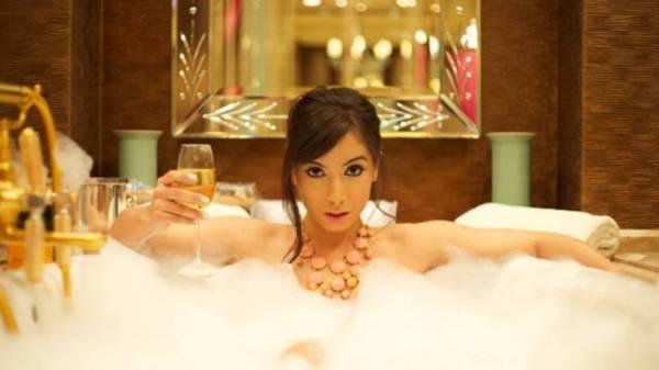 MC Anitta grava em hotel com diária de R$ 50 mil