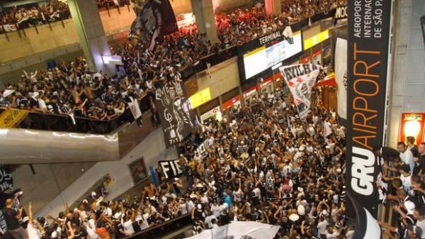 Torcedores depredam aeroporto de Cumbica em despedida do Corinthians, veja fotos!