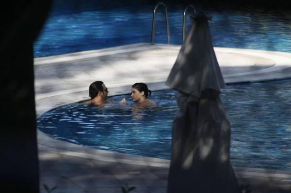 A fila andou! Vanessa Giácomo troca carícias com namorado em piscina de hotel no Rio