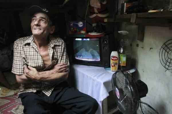 Casal vive há 22 anos em esgoto e tem até cozinha e TV