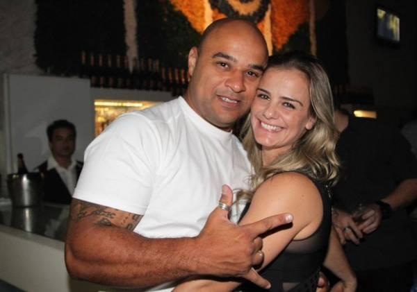 Milene Dominguez  curte noite ao lado do namorado