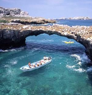 Praia paradisíaca fica escondida em rocha gigantesca