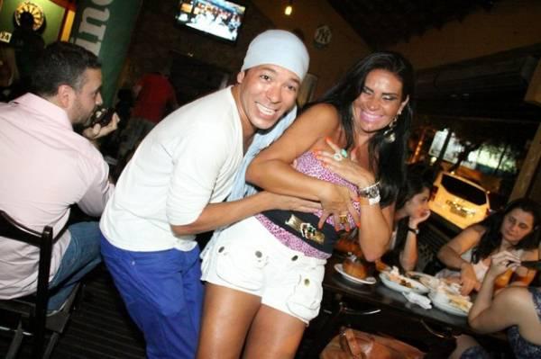 Solange Gomes é vítima de mão boba durante festinha em bar