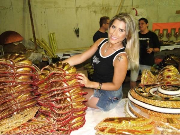 De shortinho, Ana Paula Minerato visita barracão de escola de samba