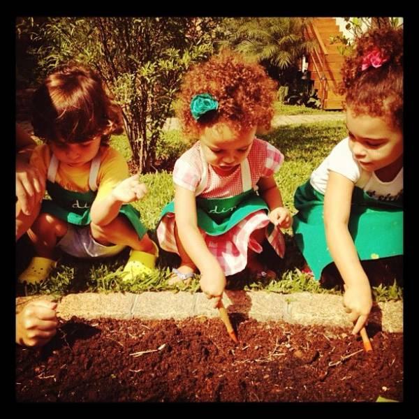 Filhas de Ronaldo têm aula de jardinagem