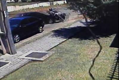 Homem reage a assalto e atropela ladrões para recuperar objetos