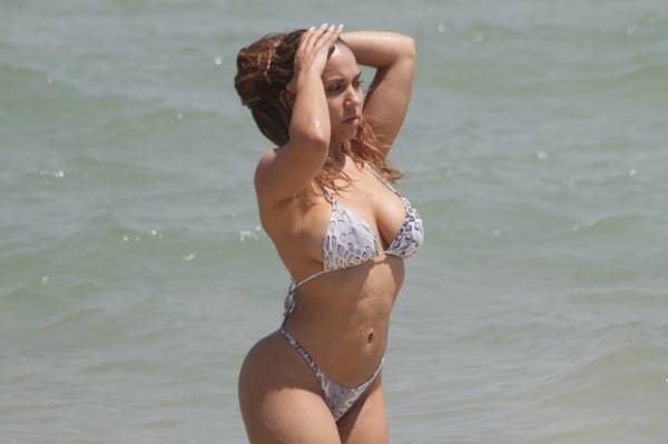 Mulher Melão reforça bronzeado em dia de praia carioca e exibe belas curvas