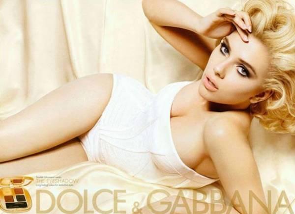 De maiô, Scarlett Johansson exibe a boa forma em campanha