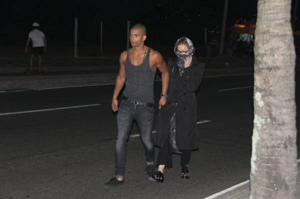 Madonna curte programinha casal no Rio: jantar e depois caminhada na orla
