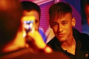 Neymar aproveita férias e circula sem aliança na noite