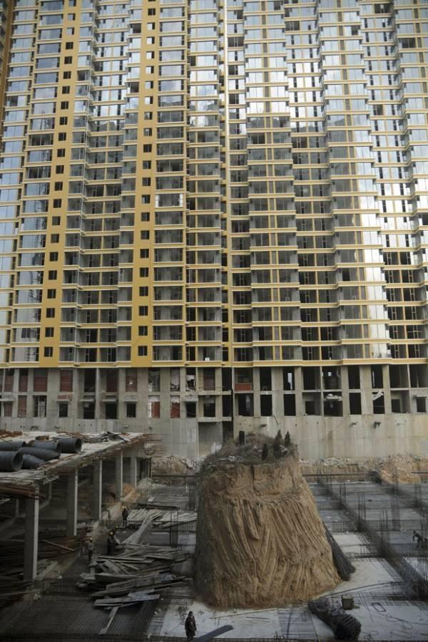 Sem acordo, prédio é construído ao redor de túmulo na China