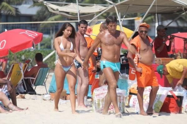 Filha de Renato Gaúcho exibe corpão em dia de praia com o pai