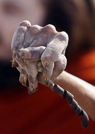 Homem santo indiano não corta as unhas há 28 anos