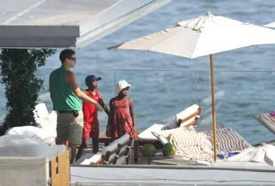 Namorado e filhos de Madonna aproveitam piscina