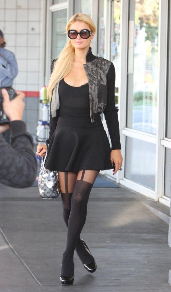 Paris Hilton usa meia-calça que simula cinta-liga