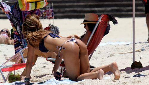 Sabrina Sato usa biquininho e exibe corpão em dia de praia no RIo de Janeiro; fotos da beldade!