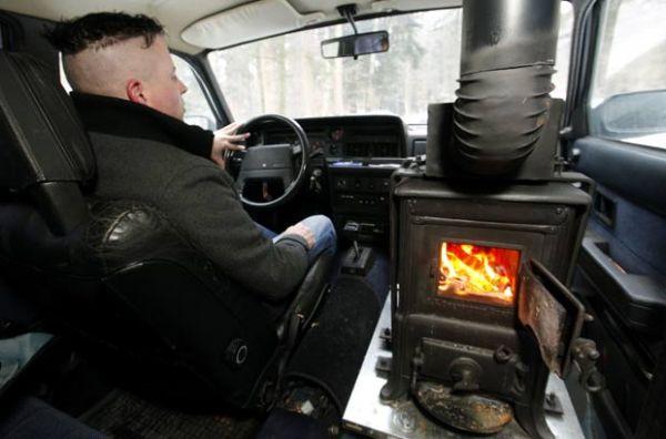 Contra o frio, motorista suíço instala fogão a lenha dentro de caminhonete