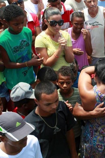 Corpo de jovem que morreu no CT do Vasco é enterrado sob aplausos e emoção