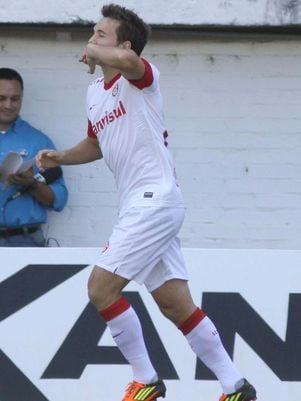 Dagoberto brilha, Inter bate Caxias e ganha fôlego no Gaúcho