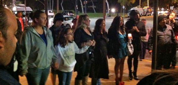 Fãs prestam homenagem em hotel onde Whitney foi achada morta