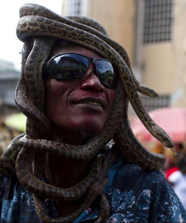 Haitiano é flagrado com cobras enroladas na cabeça no Carnaval