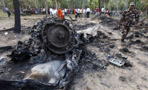 Avião militar cai durante treinamento no Sri Lanka