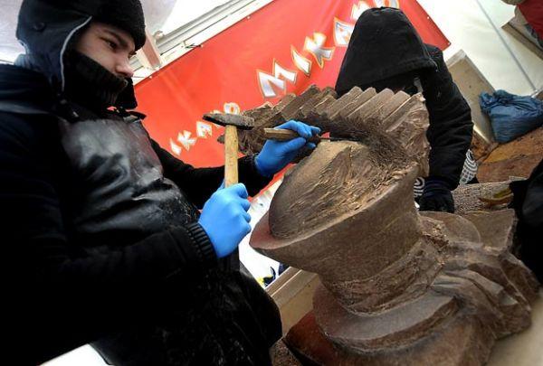 Estudantes criam esculturas em blocos de chocolate de 250 kg