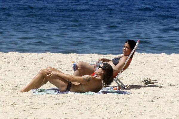 Aos 49 anos, Luiza Brunet exibe corpão em dia de praia