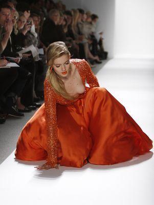 Modelo cai em desfile da semana de moda e quase mostra o seio