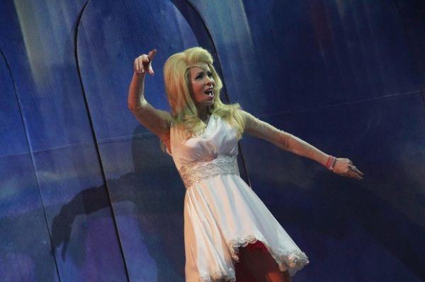 Após cair de uma altura de 5 metros em peça, Danielle Winits volta aos palcos