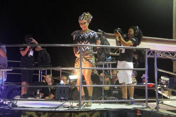 Claudia Leitte acaricia barriguinha de grávida ao cantar em Salvador