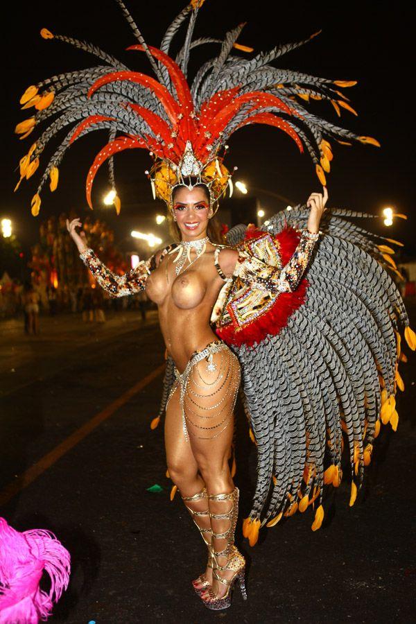Desfile em São Paulo: Seios da vice do Miss Bumbum apontam para lados diferentes