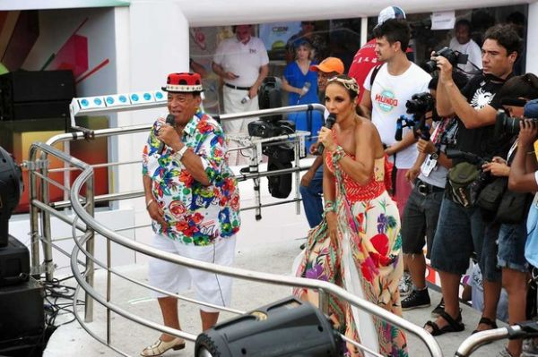 Com o figurino bem ousado, Ivete comanda 3º dia de folia e brinca com Neymar na Bahia - Imagem 4